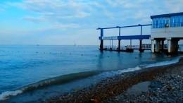 Тело одного изунесенных вЧерное море подростков прибило кберегу