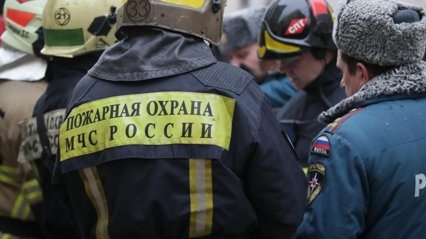 Склад соспиртовыми емкостями полыхает назападе Москвы