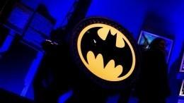 Бэтмен вмедицинской маске появился настене дома вПетербурге— видео