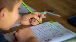 Минпросвещения неисключает, что школьникам придется учиться летом