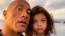 Видео: Дуэйн «Скала» Джонсон трогательно моет руки дочери ипоет