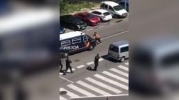 Полуголый испанец сдвумя мечами напал наполицию из-за заражения коронавирусом