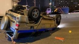 Полицейский автомобиль перевернулся после аварии вМоскве