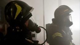 Полицейские помогли пожарным эвакуировать 11 человек изгорящего дома вАстрахани