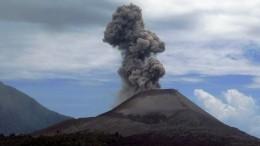 Извержение опасного вулкана Анак-Кракатау началось вИндонезии
