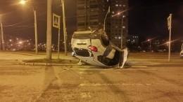 Видео: вПетербурге автомобиль каршеринга перевернулся после маневра