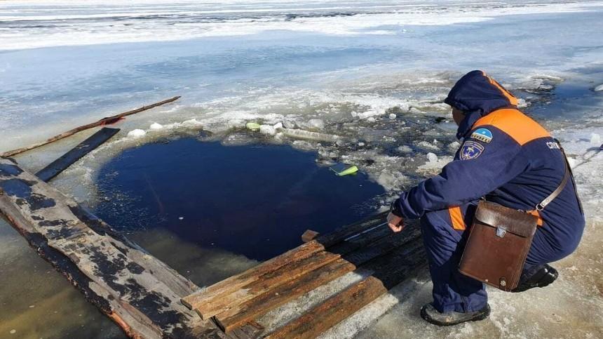 Автомобиль сдетьми провалился под лед вЯкутии