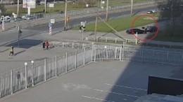 Видео: вПетербурге автолюбитель чуть несбил пешеходов впогоне завелосипедистом
