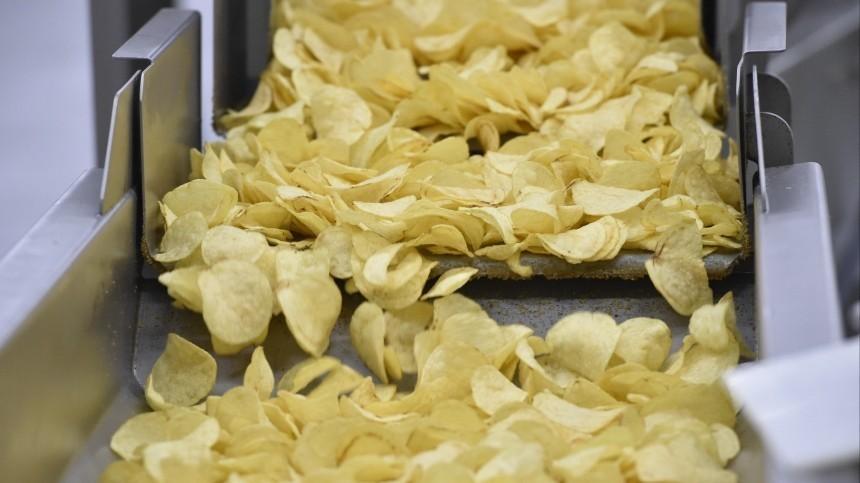Россияне стали чаще покупать «ядовитые» чипсы