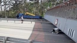 Видео: рухнувший натрассе мост раздавил легковушку под Тюменью