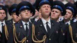 Прямая трансляция: Путин принимает участие всмотре марша караулов Президентского полка