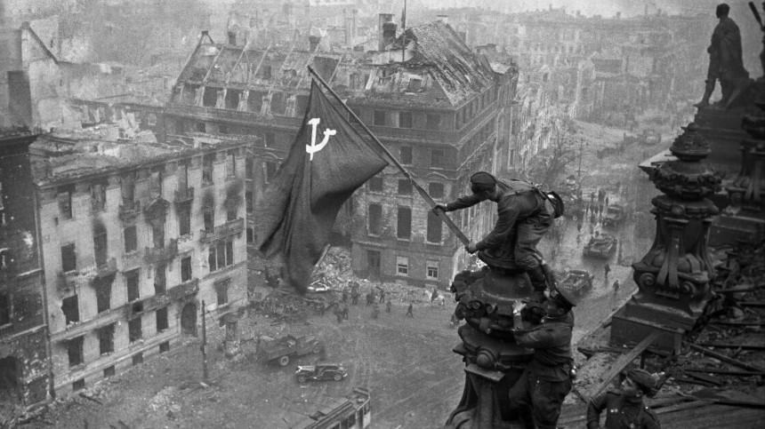 Facebook начал удалять посты соснимком Знамени Победы над Рейхстагом