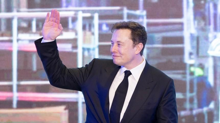 «Скучный идиот»: Илон Маск оскорбил экс-министра США нарусском языке