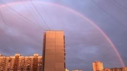 Фантастически красивая радуга украсила небо над Москвой— видео