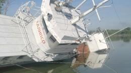 ВОмске наИртыше перевернулось судно. Произошла утечка нефтепродуктов