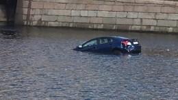 Момент падения автомобиля вФонтанку вПетербурге попал навидео