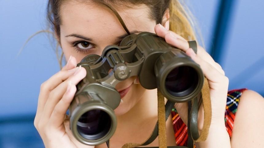 Шерлок Холмс отдыхает: Какие знаки зодиака чаще всего шпионят запартнерами