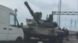 Как танк угодил ваварию наавтодороге вЛенобласти— видео
