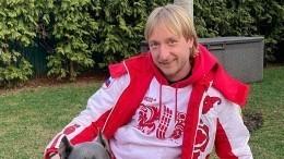 «Гдеж выраньше были?»— Плющенко показал фанатам, как есть хот-доги через маску