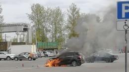 Видео: мужчина спас двух детей изгорящей машины напарковке вПетербурге
