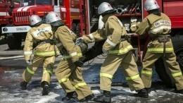 ВЛенобласти мужчины руками сдвинули машину иосвободили проезд пожарным