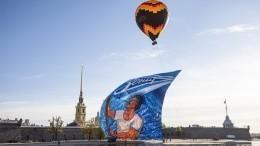 Вчесть 95-летия «Зенита» внебо Петербурга взмыл аэростат сбаннером