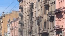 Видео сместа обрушения балконов вцентре Петербурга