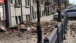 Момент обрушения балконов вцентре Петербурга попал навидео