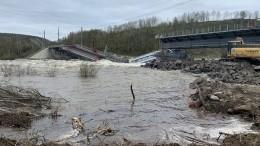 Момент обрушения железнодорожного моста вМурманской области попал навидео