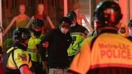 Коленопреклоненная Америка: Трамп вбункере, Байден втолпе протестующих