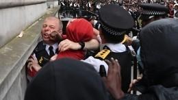 Видео: вЛондоне протестующие подрались сполицейскими устен резиденции Джонсона