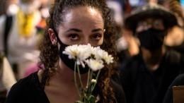 ВСША простились сДжорджем Флойдом, смерть которого спровоцировала беспорядки повсему миру