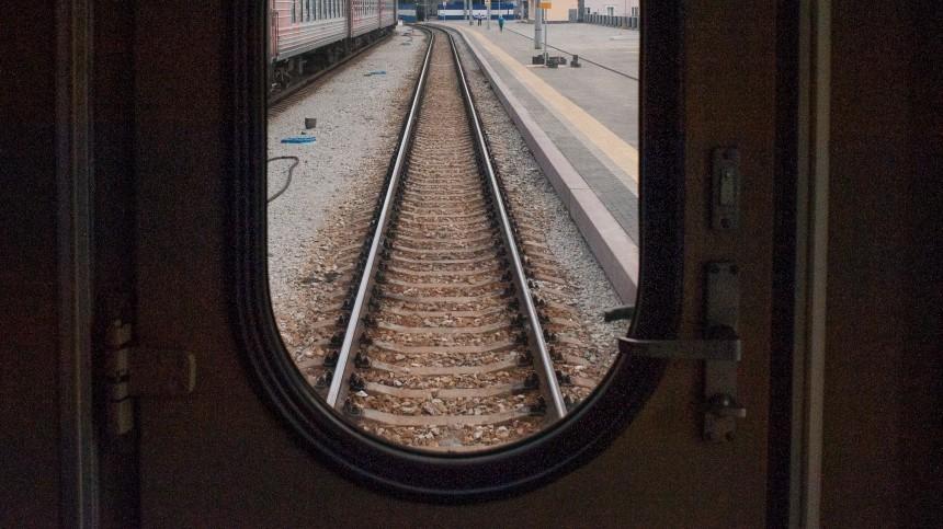 Вагоны товарного поезда сошли спутей после столкновения слокомотивом