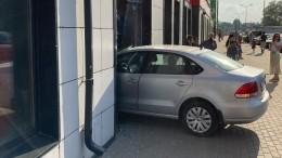 «Япарковалась идальше уже непомню»: авто влетело вмагазин вПетербурге
