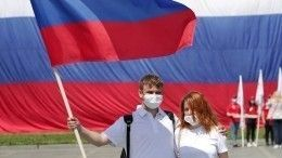 ВПетербурге впервые подняли флаг России над акваторией Невы— видео