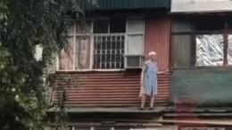 Недля слабонервных: бабушка устроила экстремальную уборку набалконе— видео
