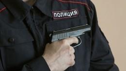 Момент, как полицейские застрелили напавшего наних сножом мужчину, попал навидео