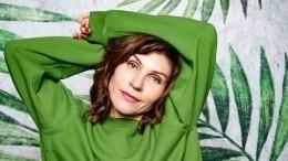 Глаза как узмеи: героиня Кисегач из«Интернов» предстала сослепительным макияжем
