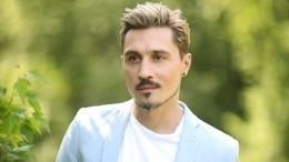 «Химичьте дальше»: Дима Билан вбелоснежном костюме залез вванну