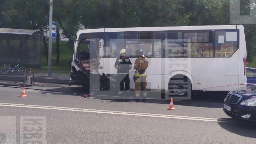 Один человек умер после ДТП смаршруткой илегковушкой вПетербурге