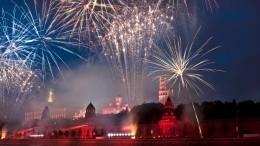 Около 10 тысяч салютных залпов озарят небо над Москвой вчесть 75-летия Победы