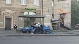 Автомобиль протаранил остановку вПетербурге— видео