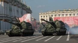 Военная техника прибыла наДворцовую площадь Петербурга для участия вПараде
