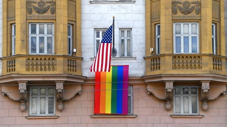 Флаг ЛГБТ появился наздании посольства США вМоскве