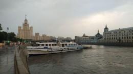 Речной корабль свыпускниками врезался вберег вМоскве