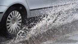 Видео: мужчина наLexus намеренно окатил пешеходов водой излужи