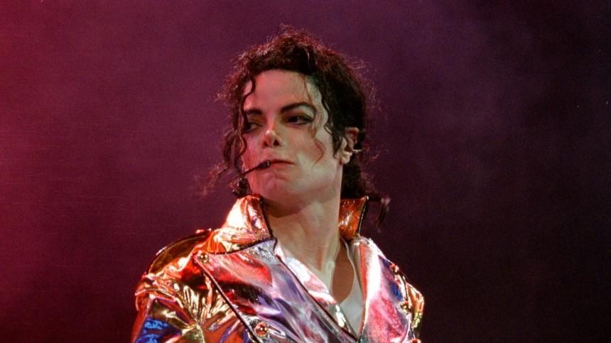 Дочь Майкла Джексона выложила редкие домашние фото сотцом