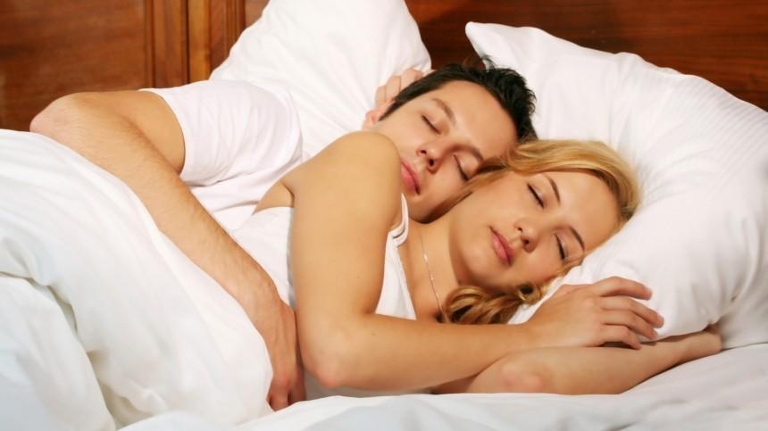 Спящие вместе: немецкие ученые доказали пользу сна супругов водной постели
