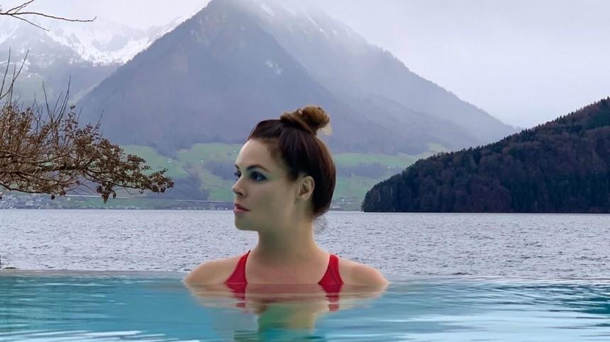 «Мне приснилось небо Питера»: Екатерина Андреева понежилась влазурном бассейне