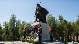 Памятник погибшим героям ВОВ открыли натрассе вНовгородской области